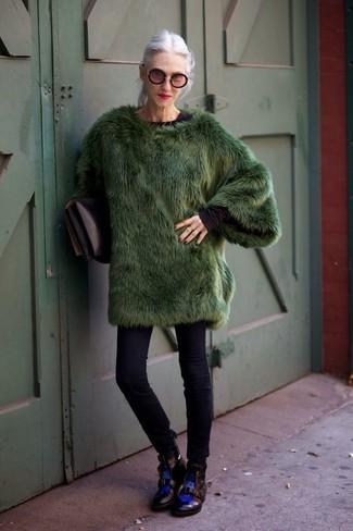 Wie kombinieren: dunkelgrüner Pelz, schwarzes Langarmshirt, schwarze enge Jeans, schwarze flache Stiefel mit einer Schnürung aus Leder
