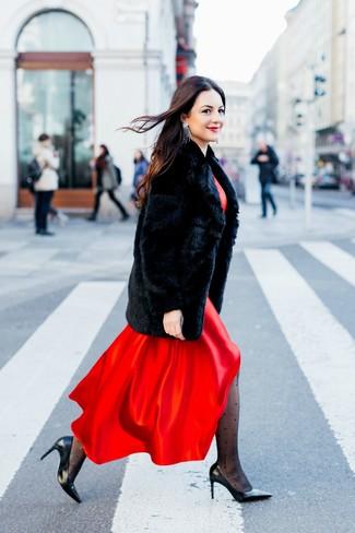 Wie kombinieren: schwarzer Pelz, rotes Satin Maxikleid, schwarze Leder Pumps, silberne Ohrringe