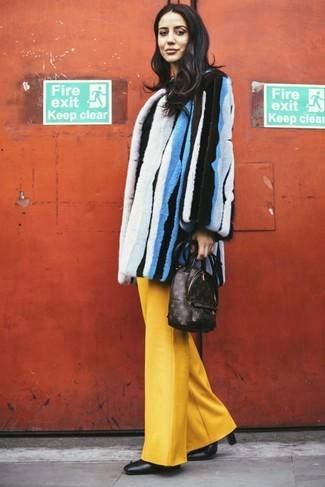 Dunkelbraunen bedruckten Leder Rucksack kombinieren – 9 Damen Outfits: Möchten Sie ein müheloses Freizeit-Outfit erhalten, ist die Paarung aus einem mehrfarbigen vertikal gestreiften Pelz und einem dunkelbraunen bedruckten Leder Rucksack ganz wunderbar. Dieses Outfit passt hervorragend zusammen mit schwarzen Leder Stiefeletten.