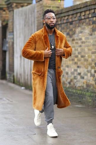 Wie kombinieren: orange Pelz, dunkelgraues Langarmshirt mit einer Knopfleiste, graue Jogginghose, weiße hohe Sneakers aus Segeltuch