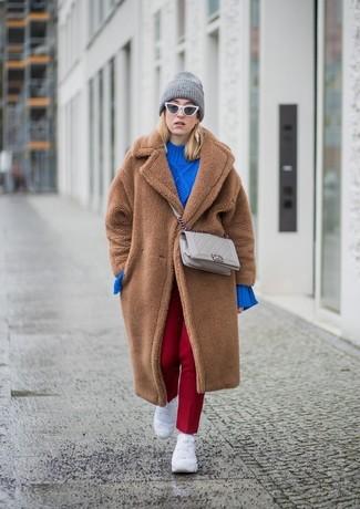Weiße Sportschuhe kombinieren – 122 Damen Outfits: Um einen klassischen Look zu kreieren können Sie zu einem braunen Pelz einen braunen Pelz tragen. Suchen Sie nach leichtem Schuhwerk? Vervollständigen Sie Ihr Outfit mit weißen Sportschuhen für den Tag.