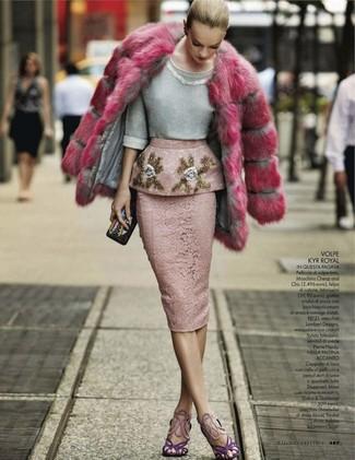 Wie kombinieren: fuchsia Pelz, grauer verzierter Pullover mit einem Rundhalsausschnitt, rosa Spitze Bleistiftrock, violette Wildleder Sandaletten