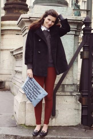 Grauen Pullover mit einem Rundhalsausschnitt kombinieren – 499 Damen Outfits: Kombinieren Sie einen grauen Pullover mit einem Rundhalsausschnitt mit dunkelroten Leggings für einen entspannten Alltags-Look, der, Coolness und Charakter ausstrahlt. Dunkelbraune Leder Slipper putzen umgehend selbst den bequemsten Look heraus.