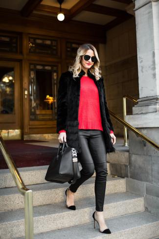Wie kombinieren: schwarzer Pelz, roter Pullover mit einem Rundhalsausschnitt, schwarze enge Hose aus Leder, schwarze Wildleder Pumps
