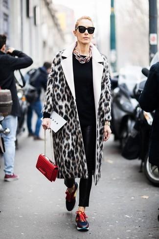 Wie kombinieren: hellbeige Pelz mit Leopardenmuster, schwarzer Pullover mit einem Rundhalsausschnitt, schwarze enge Hose aus Leder, mehrfarbige Sportschuhe