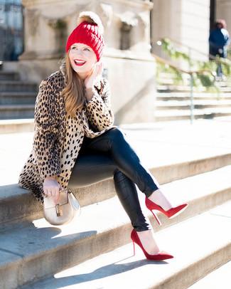 Wie kombinieren: beige Pelz mit Leopardenmuster, hellbeige Pullover mit einem Rundhalsausschnitt, schwarze Leder enge Jeans, rote Wildleder Pumps