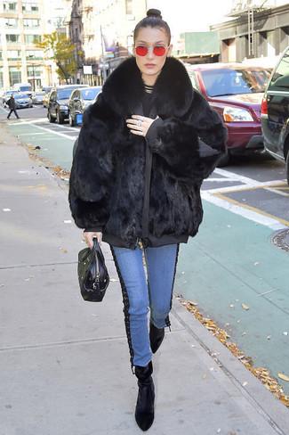 Wie kombinieren: schwarzer Pelz, schwarzer Pullover mit einem Rundhalsausschnitt, blaue Jeans, schwarze Samt Stiefeletten