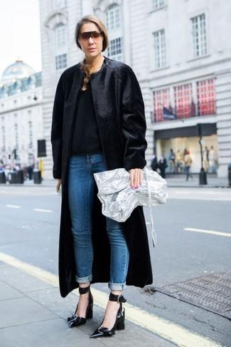 Wie kombinieren: schwarzer Pelz, schwarzer Pullover mit einem Rundhalsausschnitt, blaue Jeans, schwarze Leder Pumps