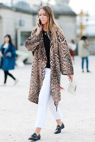 Weiße Jeans kombinieren: trends 2020: Probieren Sie diese Kombi aus einem braunen Pelz mit Leopardenmuster und weißen Jeans, um ein tolles, legeres Outfit zu erzielen. Schwarze Leder Slipper sind eine kluge Wahl, um dieses Outfit zu vervollständigen.