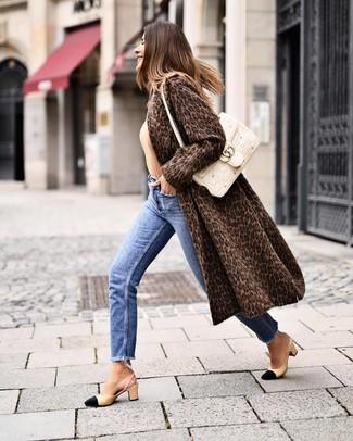 Schwarze und gelbbraune Leder Pumps kombinieren – 500+ Damen Outfits: Möchten Sie einen stilvollen, lockeren Look erreichen, ist die Paarung aus einem dunkelbraunen Pelz mit Leopardenmuster und blauen Jeans ganz ideal. Dieses Outfit passt hervorragend zusammen mit schwarzen und gelbbraunen Leder Pumps.