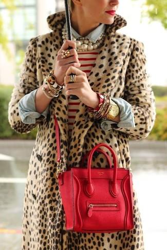 Wie kombinieren: beige Pelz mit Leopardenmuster, weißer und roter horizontal gestreifter Pullover mit einem Rundhalsausschnitt, hellblaues Jeanshemd, rote Satchel-Tasche aus Leder