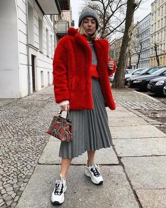 Wie kombinieren: roter Pelz, grauer Pullover mit einem Rundhalsausschnitt, grauer Falten Midirock, weiße und schwarze Sportschuhe