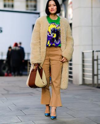 Wie kombinieren: hellbeige Pelz, grüner bedruckter Pullover mit einem Rundhalsausschnitt, beige Schlaghose, blaue Leder Pumps mit Blumenmuster