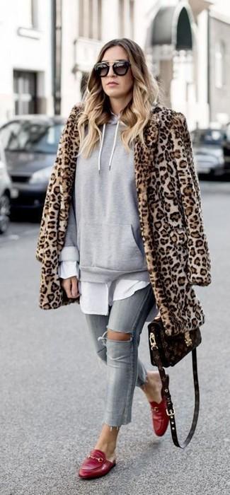 Grauen Pullover mit einer Kapuze kombinieren: trends 2020: Um einen unkompliziertfen und super lässigen Trend-Look zu zaubern, probieren Sie diese Kombination aus einem grauen Pullover mit einer Kapuze und grauen engen Jeans mit Destroyed-Effekten. Komplettieren Sie Ihr Outfit mit roten Leder Slippern, um Ihr Modebewusstsein zu zeigen.