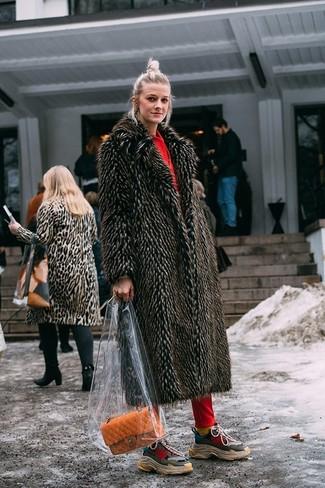 Orange Satchel-Tasche aus Leder kombinieren – 27 Damen Outfits: Sie möchten den glamurösen Casual-Stil perfektionieren? Probieren Sie diese Kombi aus einem dunkelbraunen Pelz und einer orange Satchel-Tasche aus Leder. Fühlen Sie sich ideenreich? Ergänzen Sie Ihr Outfit mit mehrfarbigen Sportschuhen.