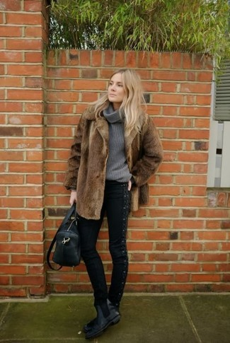 Dunkelgrauen Pullover mit einer weiten Rollkragen kombinieren – 2 Winter Damen Outfits: Tragen Sie einen dunkelgrauen Pullover mit einer weiten Rollkragen und schwarzen enge Jeans, umeinen legeren Look zu schaffen, der in der Garderobe der Frau auf keinen Fall fehlen darf. Schwarze Chelsea Boots aus Leder sind eine kluge Wahl, um dieses Outfit zu vervollständigen. Schon haben wir ein stylischer Look im Winter.
