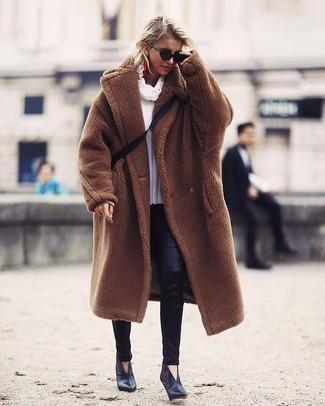 Wie kombinieren: brauner Pelz, weißer Pullover mit einer weiten Rollkragen, schwarze Lederleggings, schwarze Leder Stiefeletten