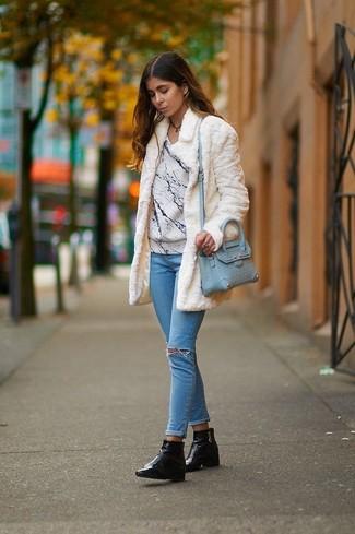 Weißer Pelz, Weißer bedruckter Pullover mit Rundhalsausschnitt, Hellblaue Enge Jeans mit Destroyed-Effekten, Schwarze Leder Stiefeletten für Damen