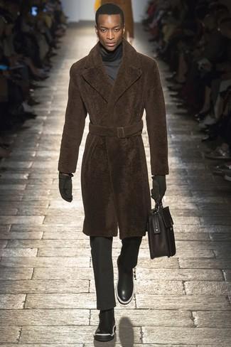 dunkelbrauner Pelz, dunkelgrauer Rollkragenpullover, schwarze Anzughose, schwarze Chelsea-Stiefel aus Leder für Herren