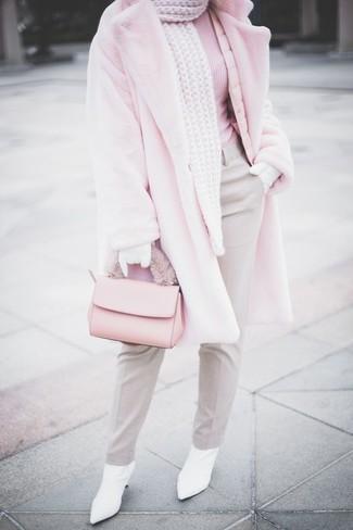 Wie kombinieren: rosa Pelz, rosa Rollkragenpullover, graue Anzughose, weiße Leder Stiefeletten