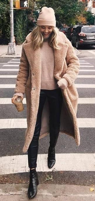 Wie kombinieren: beige Pelz, hellbeige Rollkragenpullover, schwarze enge Hose aus Seide, schwarze Leder Stiefeletten