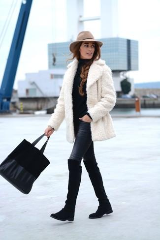 Wie kombinieren: weißer Pelz, schwarzer Rollkragenpullover, schwarze enge Jeans, schwarze Overknee Stiefel aus Wildleder