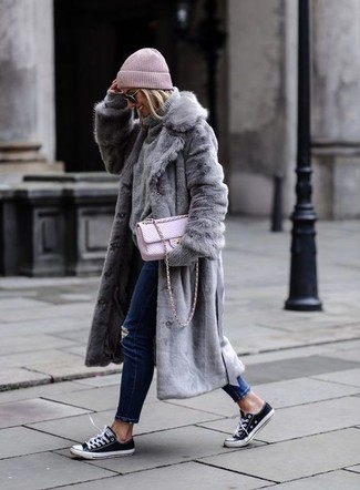 Wie kombinieren: grauer Pelz, grauer Strick Rollkragenpullover, dunkelblaue enge Jeans mit Destroyed-Effekten, schwarze und weiße Segeltuch niedrige Sneakers