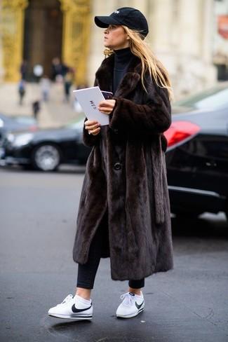 Wie kombinieren: dunkelbrauner Pelz, schwarzer Rollkragenpullover, schwarze enge Jeans, weiße Leder niedrige Sneakers