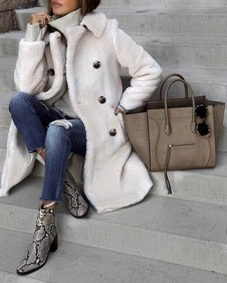 Wie kombinieren: weißer Pelz, grauer Rollkragenpullover, dunkelblaue enge Jeans mit Destroyed-Effekten, graue Leder Stiefeletten mit Schlangenmuster