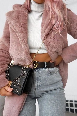 Wie kombinieren: rosa Pelz, weißer Strick Rollkragenpullover, graue enge Jeans, schwarze verzierte Umhängetasche