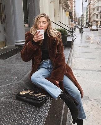 Dunkelbraunen Pelz kombinieren – 54 Damen Outfits: Probieren Sie diese Paarung aus einem dunkelbraunen Pelz und hellblauen Jeans für einen mühelosen, raffinierten Casual-Look. Dieses Outfit passt hervorragend zusammen mit schwarzen Wildleder Stiefeletten.