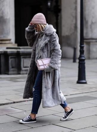 Ohne Zweifel werden Sie unverschämt fantastisch aussehen in einem grauen pelz und einer schwarzen sonnenbrille. Wenn Sie nicht durch und durch formal auftreten möchten, ergänzen Sie Ihr Outfit mit schwarzen und weißen segeltuch niedrigen sneakers.