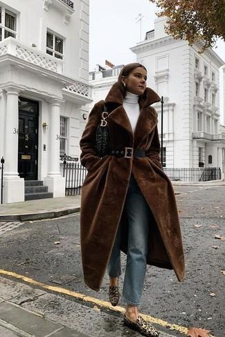 Dunkelbraunen Pelz kombinieren – 54 Damen Outfits: Probieren Sie die Kombi aus einem dunkelbraunen Pelz und blauen Jeans, um einen verfeinerten, aber nicht zu formalen Look zu erhalten. Ergänzen Sie Ihr Look mit beige Wildleder Slippern mit Leopardenmuster.