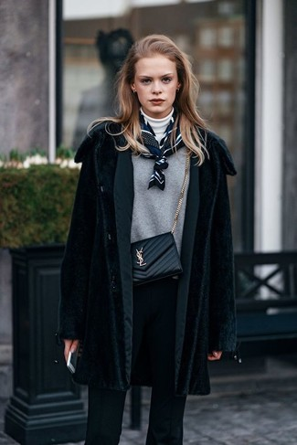 30 Jährige: Grauen Pullover mit einem Rundhalsausschnitt kombinieren – 16 Winter Damen Outfits: Paaren Sie einen grauen Pullover mit einem Rundhalsausschnitt mit einer schwarzen Anzughose, wenn Sie einen lässigen und stylischen Look wollen. Ein trendiger Look für den Winter.