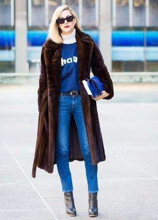 Dunkelbraunen Pelz kombinieren – 54 Damen Outfits: Um einen anspruchsvollen, aber dennoch lässigen Look zu schaffen, braucht man nur einen dunkelbraunen Pelz und blauen enge Jeans. Vervollständigen Sie Ihr Look mit schwarzen Leder Stiefeletten.