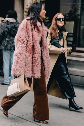 Wie kombinieren: rosa Pelz, beige Rollkragenpullover, rotbraune weite Hose, beige Stiefeletten aus Kalbshaar mit Leopardenmuster