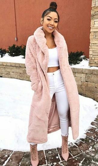 Wie kombinieren: rosa Pelz, weißes kurzes Oberteil, weiße enge Jeans, rosa Schnürstiefeletten aus Wildleder