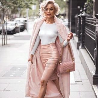 Wie kombinieren: rosa Pelz, weißer Pullover mit einem Rundhalsausschnitt, rosa Leder Bleistiftrock, rosa gesteppte Leder Umhängetasche