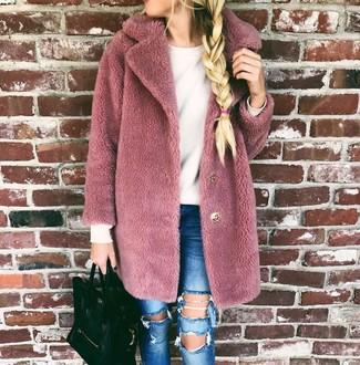 Wie kombinieren: rosa Pelz, weißer Pullover mit einem Rundhalsausschnitt, blaue enge Jeans mit Destroyed-Effekten, schwarze Shopper Tasche aus Leder