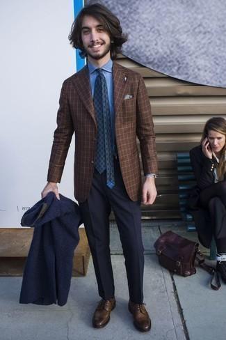 Braune Leder Brogues kombinieren: trends 2020: Entscheiden Sie sich für einen klassischen Stil in einem dunkelblauen Pelz und einer dunkelblauen Anzughose. Dieses Outfit passt hervorragend zusammen mit braunen Leder Brogues.