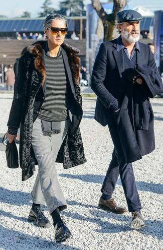 Wie kombinieren: schwarzer Pelz, schwarzes Sakko, dunkelgrauer horizontal gestreifter Pullover mit einem Rundhalsausschnitt, graue Anzughose mit Hahnentritt-Muster
