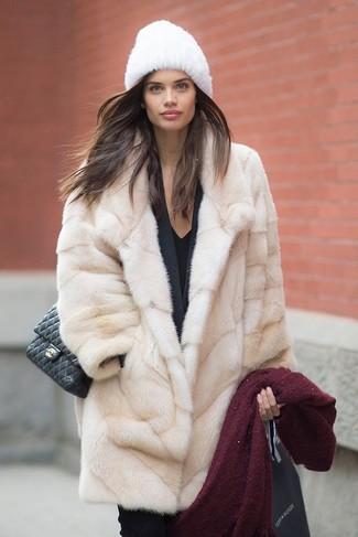 Pelzkappe kombinieren – 19 Damen Outfits: Um einen modernen, entspannten Look zu zaubern, wahlen Sie einen hellbeige Pelz und eine Pelzkappe.