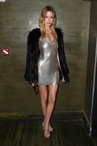 Paaren Sie einen schwarzen Pelz mit einem silbernen figurbetontem Kleid für einen gepflegten, eleganten Look. Silberne leder sandaletten sind eine perfekte Wahl, um dieses Outfit zu vervollständigen.