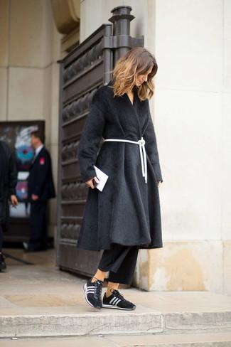 Wie kombinieren: schwarzer Pelz, schwarzer Hosenrock, schwarze und weiße Sportschuhe, weiße Leder Clutch