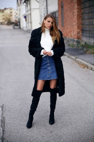 Arbeitsreiche Tage verlangen nach einem einfachen, aber dennoch stylischen Outfit, wie zum Beispiel ein Schwarzer Pelz und ein Blauer Jeansrock mit knöpfen. Heben Sie dieses Ensemble mit Schwarzen Overknee Stiefeln aus Wildleder hervor.