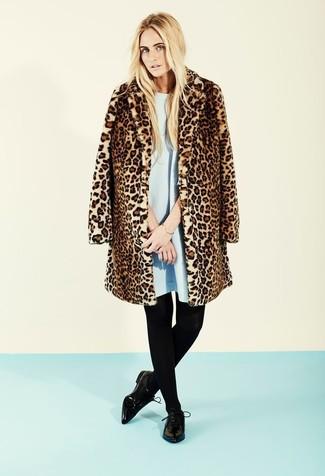 Entscheiden Sie sich für ein hellblaues schwingendes kleid von The Jetset Diaries und einen braunen pelz mit leopardenmuster und Sie werden wie ein richtiges Babe aussehen. Bringen Sie die Dinge durcheinander, indem Sie schwarzen leder derby schuhe mit diesem Outfit tragen.