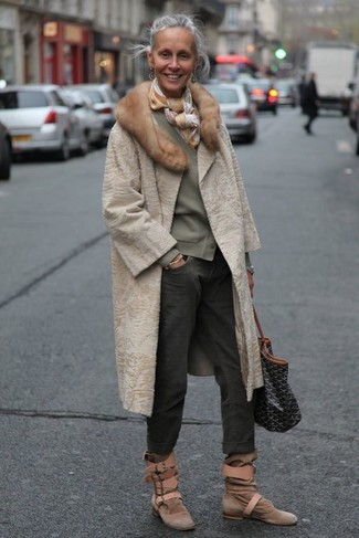 50 Jährige: Smart-Casual Outfits Damen 2020: Erwägen Sie das Tragen von einem hellbeige Pelz und dunkelgrauen Boyfriend Jeans, um ein modernes Freizeit-Outfit zu kreieren. Komplettieren Sie Ihr Outfit mit braunen Wildleder Stiefeletten.