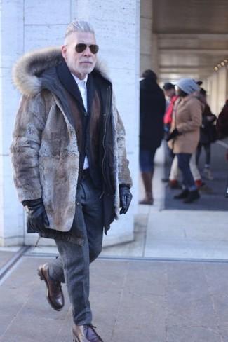 Dunkelgraue Wollanzughose kombinieren: Paaren Sie einen braunen Pelz mit einer dunkelgrauen Wollanzughose für einen stilvollen, eleganten Look. Suchen Sie nach leichtem Schuhwerk? Entscheiden Sie sich für dunkelbraunen Chukka-Stiefel aus Leder für den Tag.
