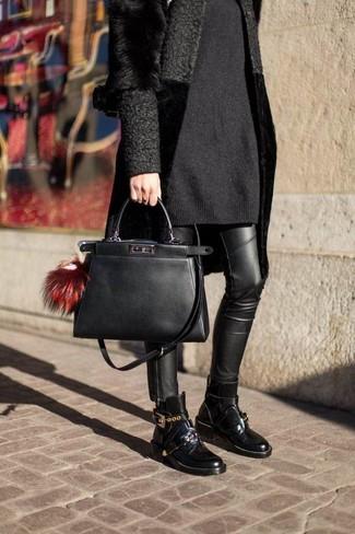 Wie kombinieren: schwarzer Pelz, schwarzes Sweatkleid, schwarze Leder enge Jeans, schwarze Leder Stiefeletten