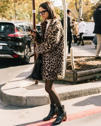 Schwarze Shopper Tasche aus Leder kombinieren: trends 2020: Paaren Sie einen hellbeige Pelz mit Leopardenmuster mit einer schwarzen Shopper Tasche aus Leder - mehr brauchen Sie nicht, um einen idealen super lässigen Alltags-Look zu erzielen. Vervollständigen Sie Ihr Look mit schwarzen Leder Stiefeletten.